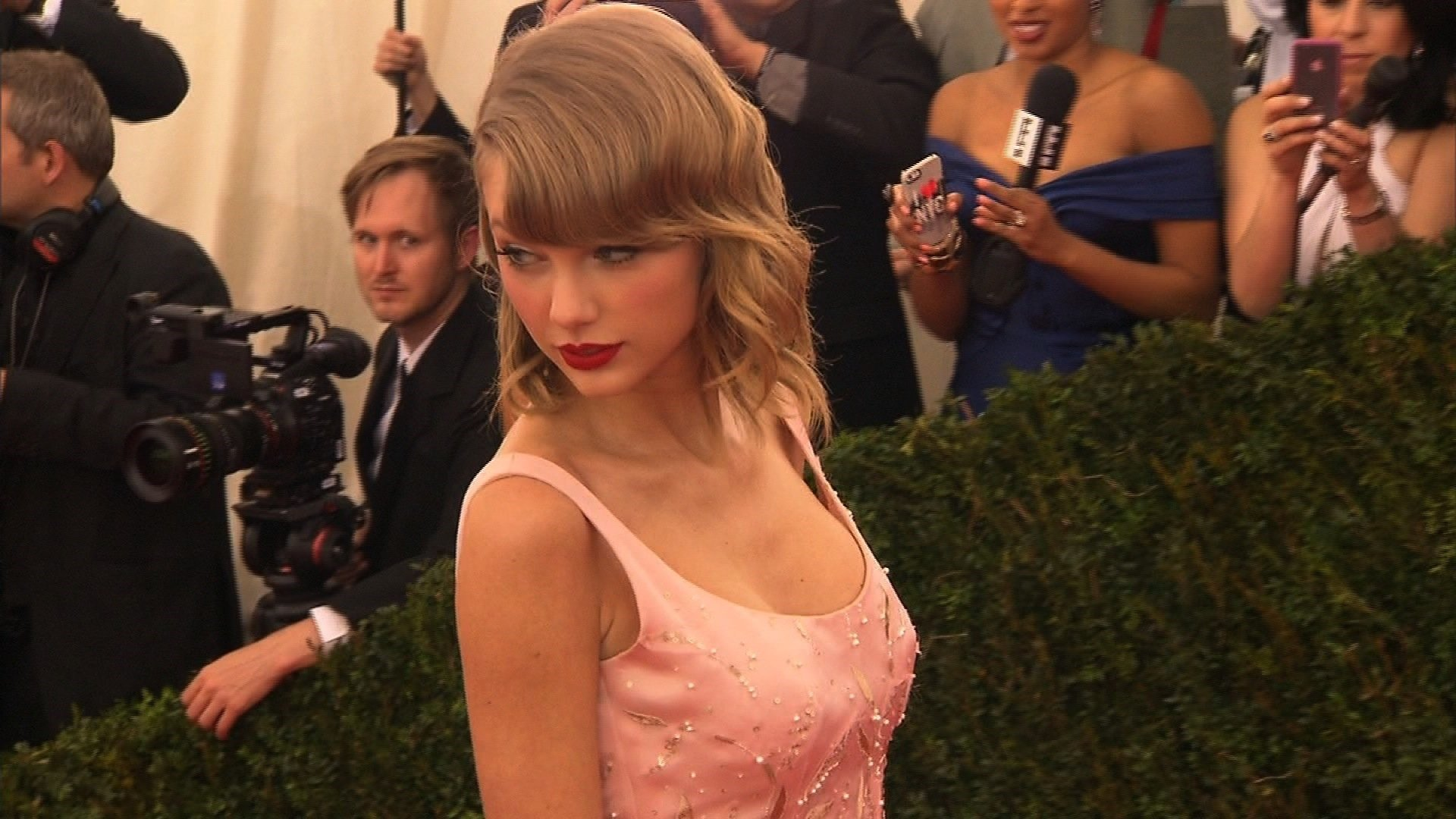 Taylor Swift cuts deal with AT&T for Super Bowl weekend show