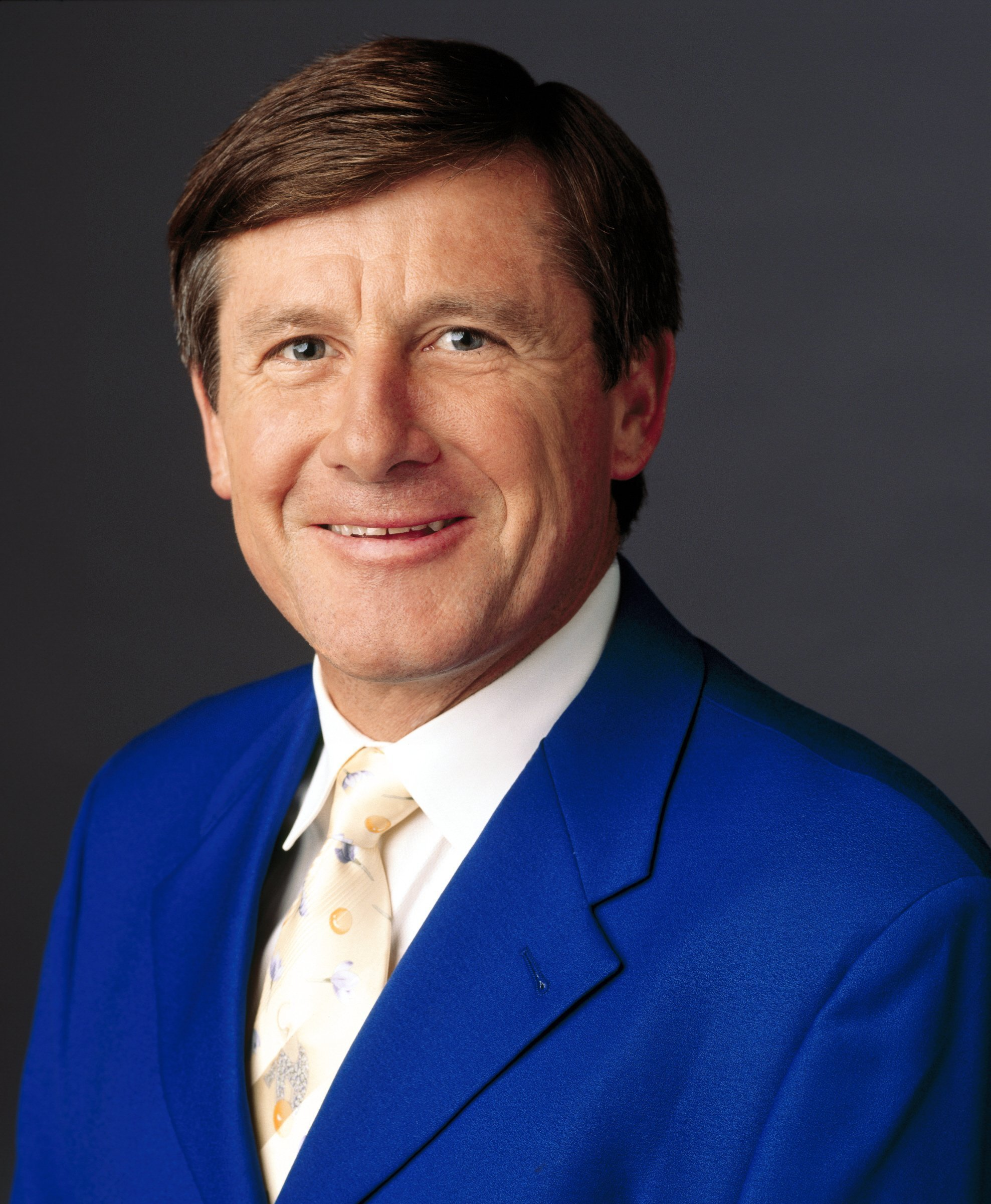 Craig Sager, the longtime Turner Sports sideline reporter best known for his colorful -- and at times fluorescent -- wardrobe, has passed away after battling acute myeloid leukemia, the network said. He was 65.