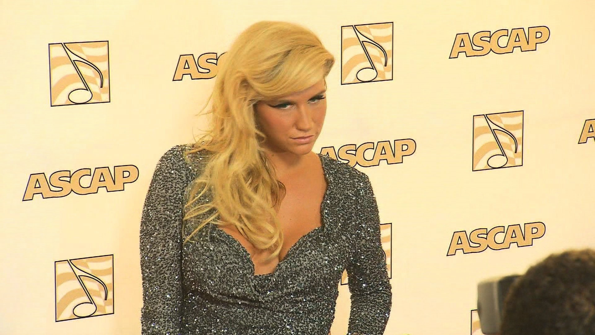 Kesha denied a hug by Jerry Seinfeld