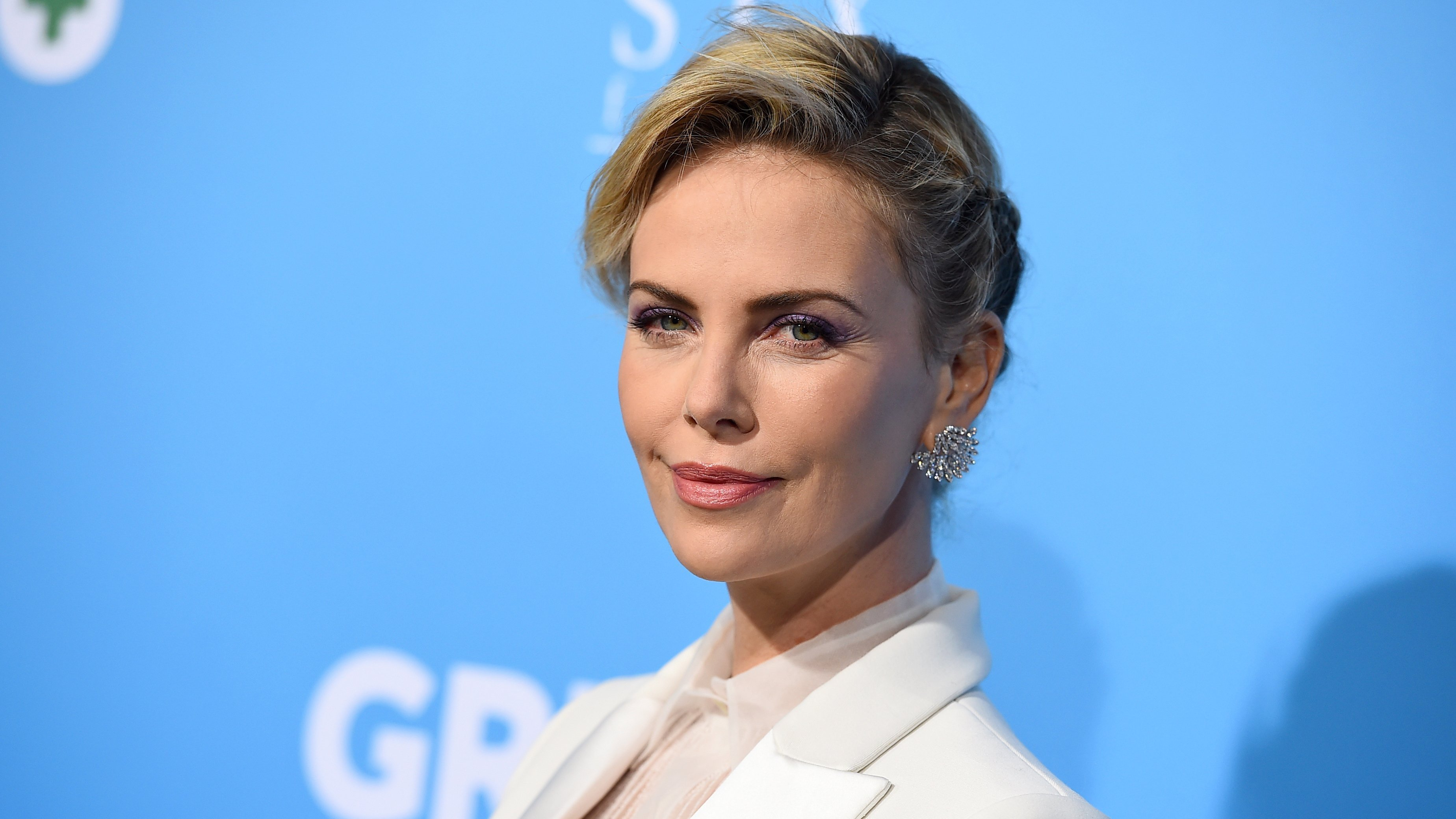 """Charlize Theron got the full story of her mom's pot purchase at this week's premiere of """"Gringo."""""""