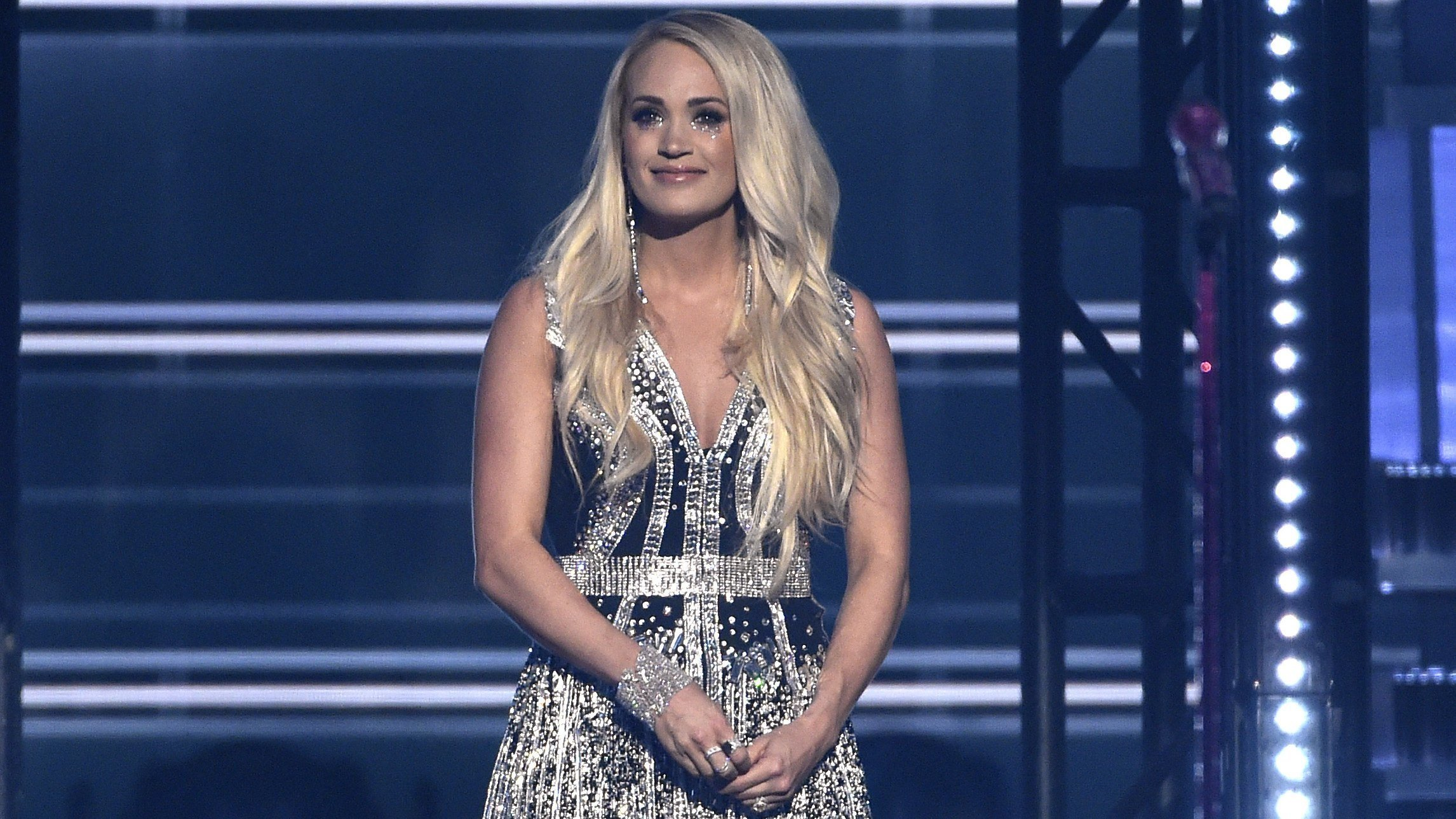Carrie Underwood receives standing ovation after performing'Cry Pretty