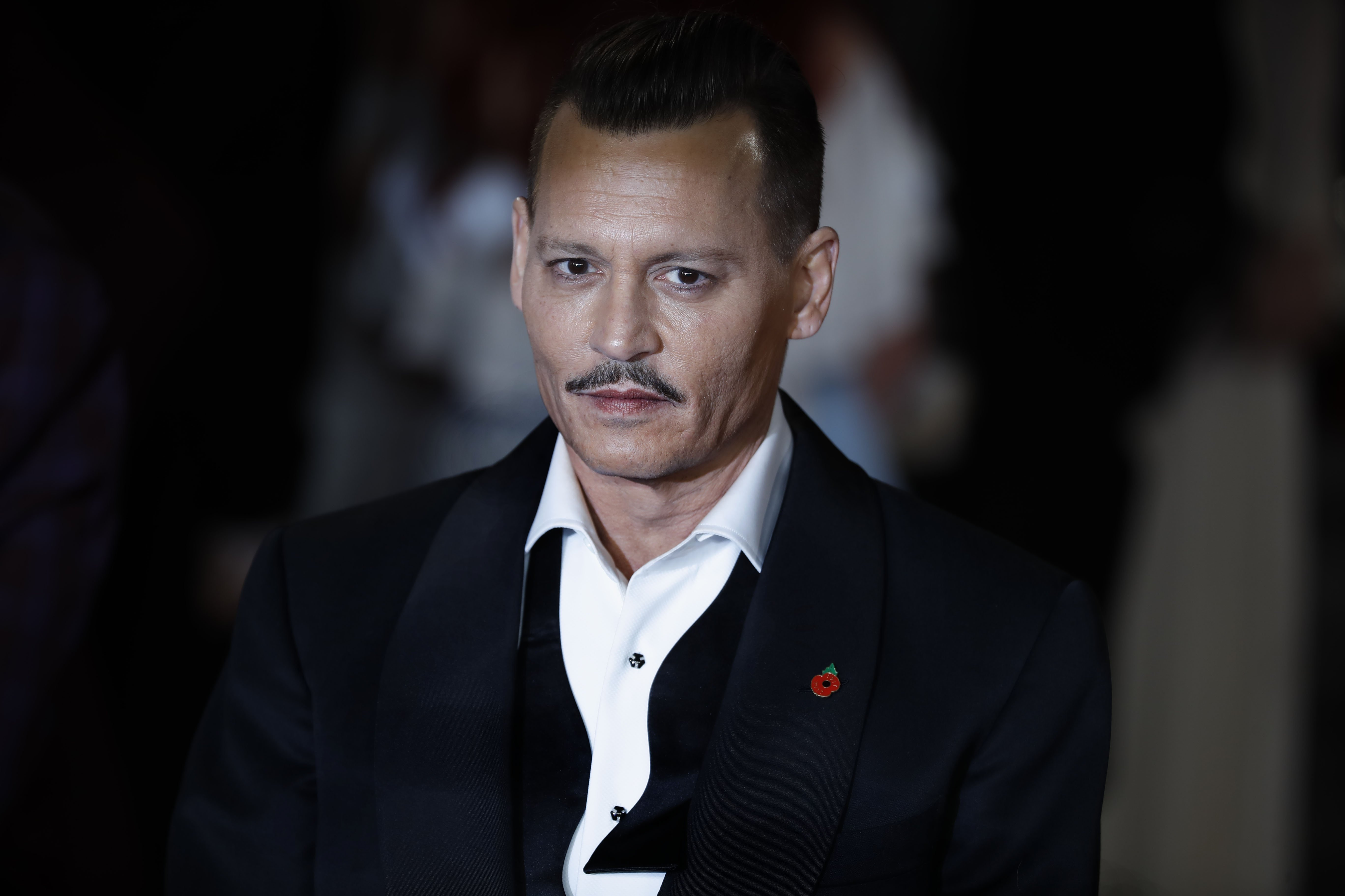 US actor Johnny Depp poses upon arrival to attend the world premiere of the film 'Murder on the Orient Express' at the Royal Albert Hall in west London on November 2, 2017. / AFP PHOTO / Tolga AKMENTOLGA AKMEN/AFP/Getty Images
