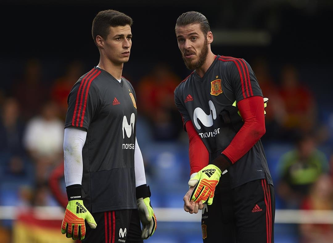 Kepa Arrizabalaga (left) and David de Gea of Spain warm up for a friendly with Switzerland in June.  CREDIT: Manuel Queimadelos Alonso/Getty Images